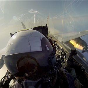战斗机飞行员边发射导弹边合影