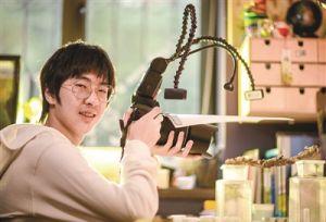 15岁初中生迷上为昆虫拍写真 家中养800只昆虫